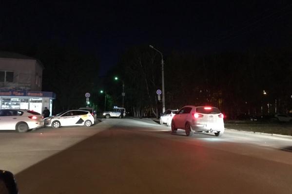 Въезд перекрыли автомобилем полиции