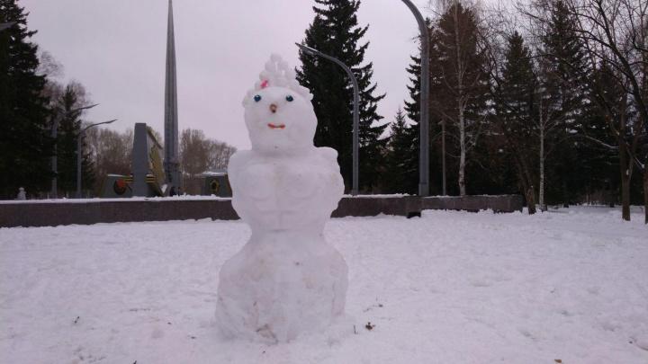 Налепили тут: новосибирцы начали делать первых снеговиков в перерывах между снегопадами
