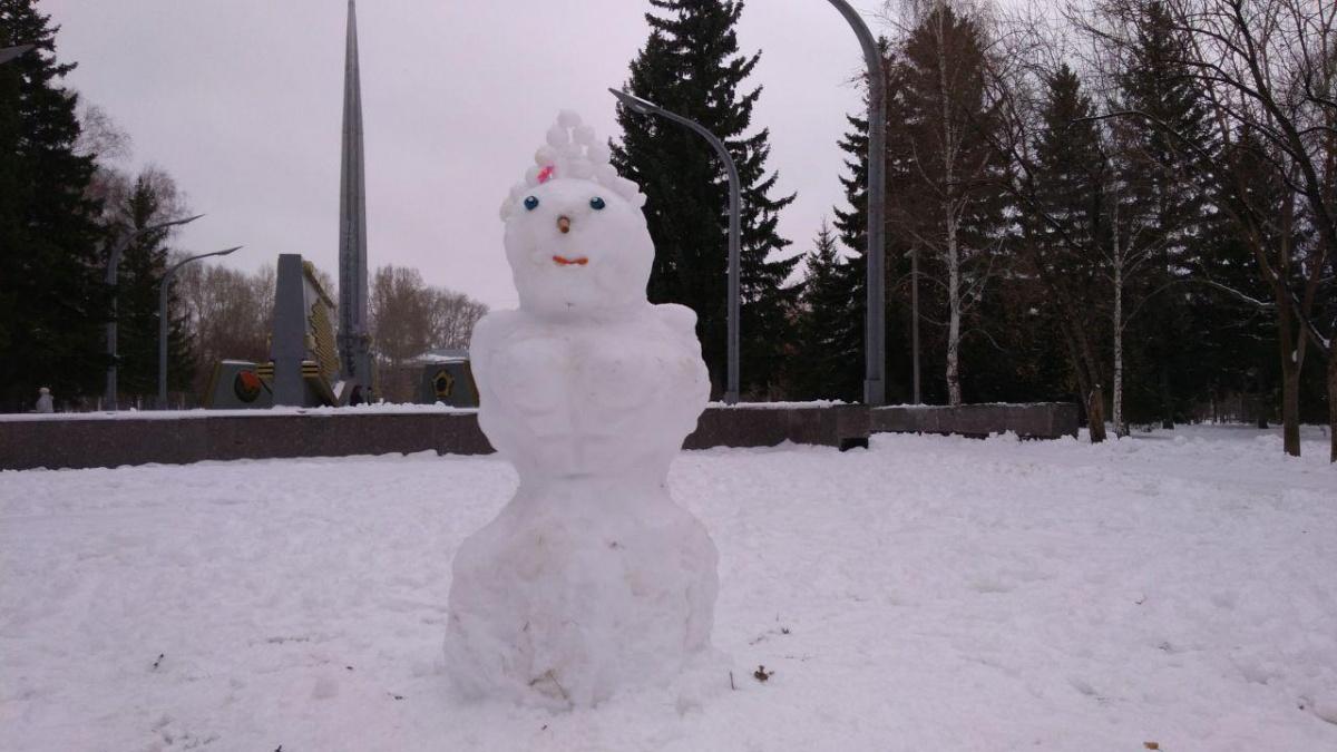 Формы и размеры снеговиков ограничены лишь фантазией авторов