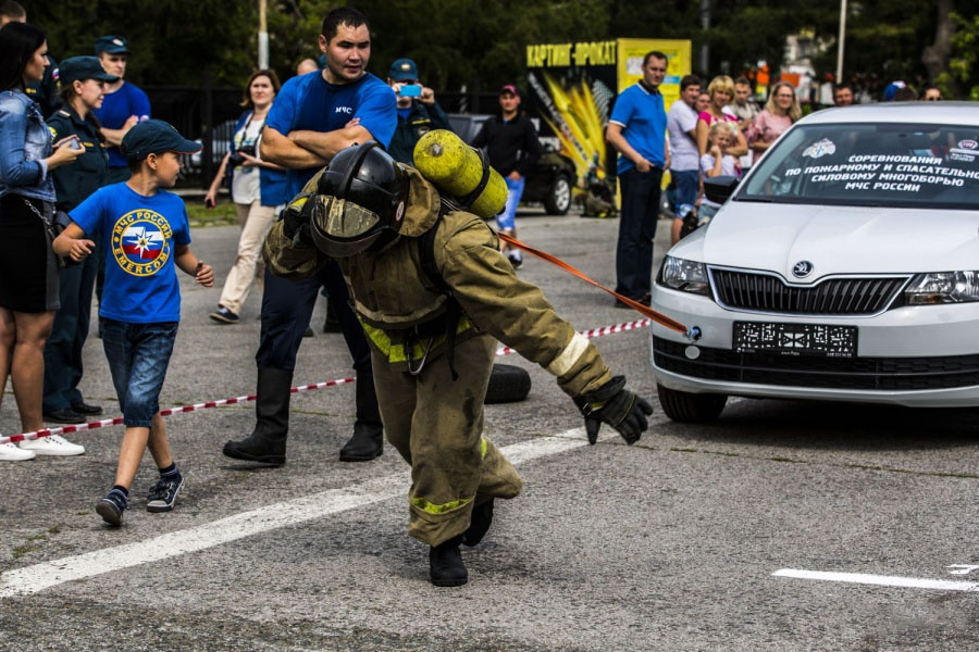 Различные соревнования по пожарно-прикладным видам спорта, на которые в МЧС собирают деньги, проходят обычно в летний период