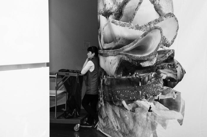 Девушка ждёт, пока посетители фуд-корта в «Сан Сити» освободят столики. Февраль 2015-го
