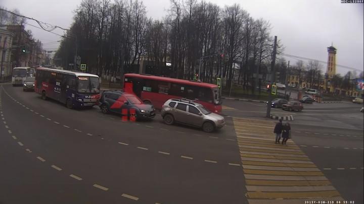 Тройная авария в центре Ярославля: маршрутка с людьми врезалась в авто. Видео