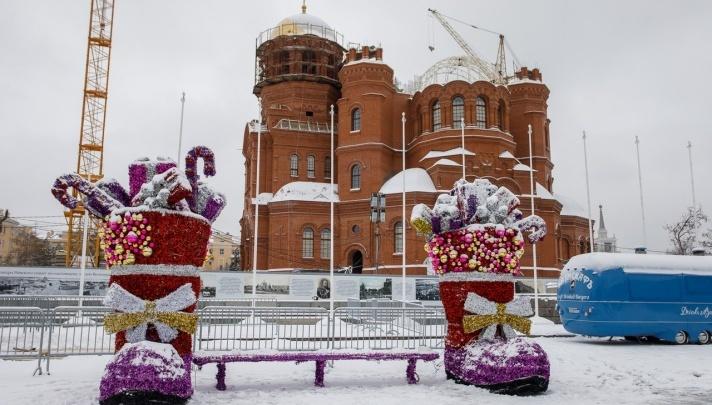 Теплый камин и Снежная королева: на главной площади Волгограда соберут большой новогодний городок