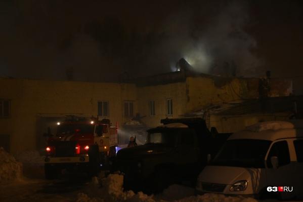 Пожарные, чтобы попасть внутрь, разбирали крышу