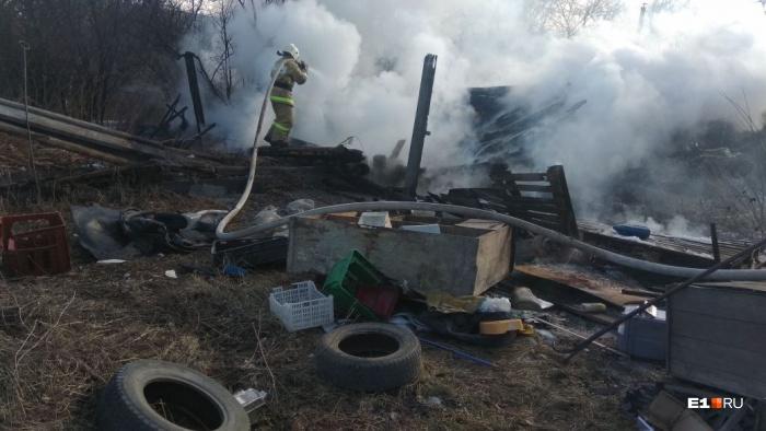 Во дворе частного дома сгорел гараж