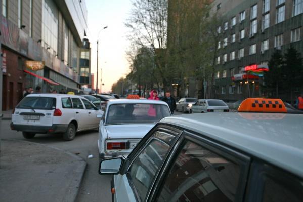 В службе такси не нашли подтверждений тому, что на заднем сиденье машины была разлита едкая жидкость