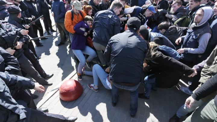 «Спросим с полиции»: облсуд прекратил дело челябинца, оштрафованного за акцию «Он нам не царь»