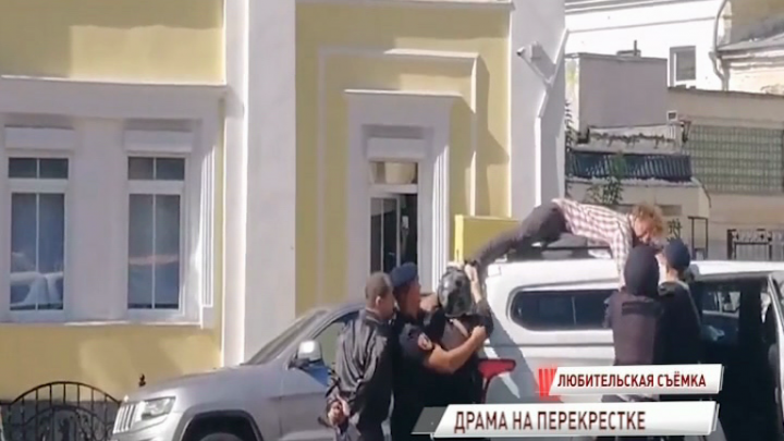 «Я сегодня умру»: в центре Ярославля на крыше машины разыгралась драма