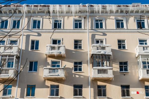 Этот дом мы увидели на перекрестке улиц 25 Октября и Луначарского: сосульки свисают и с крыши, и с балкона