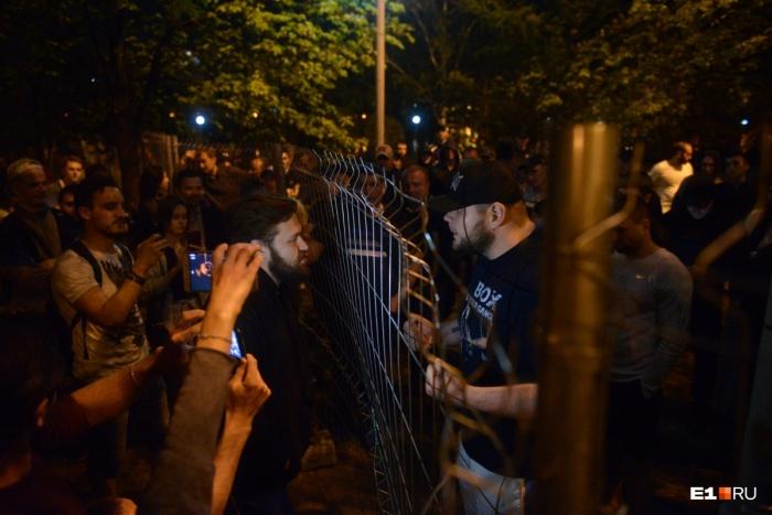 С горожанами боролись (в прямом смысле) бойцы академии РМК. Полиция не вмешивалась