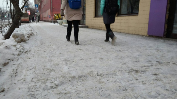Тротуары в центре Красноярска покрылись коркой льда: прохожие ищут спасения на газонах