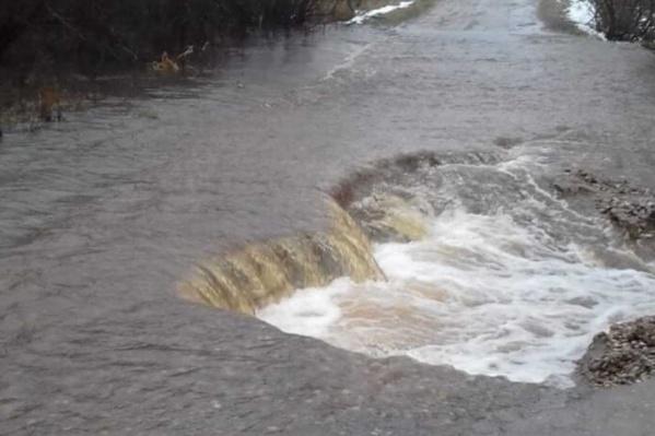 В Пошехонском районе затопило дорогу
