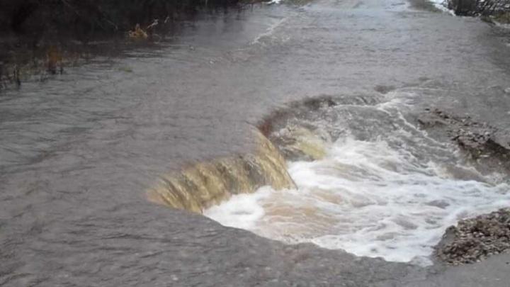 В Ярославской области из-за сильных дождей затопило дорогу