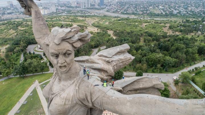 «Работаем круглосуточно и красить не будем»: всё о реставрации «Родины-матери» в Волгограде
