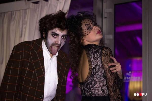 Нет, это не фотка одного из опрошенных, а просто кадр с Хеллоуин-вечеринки позапрошлого года