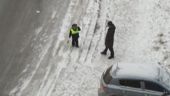 На Уктусе на видео попал мальчик в костюме гаишника, который жезлом пытался остановить машины