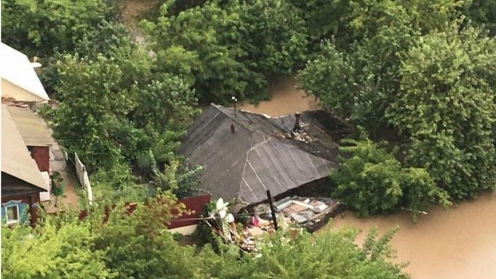 Коммунальщики в Уфе очистили ливнёвки возле затопленных домов