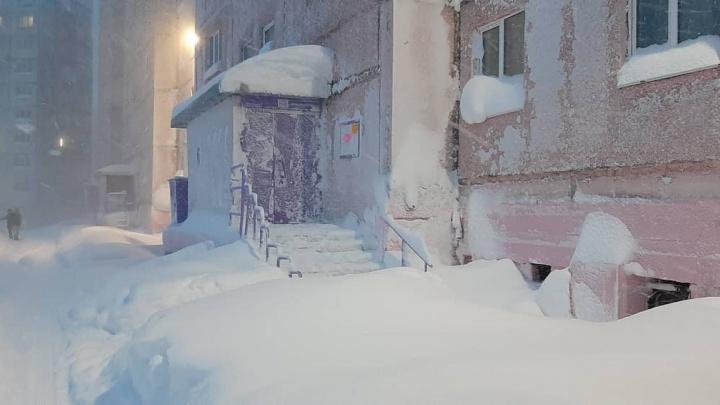 Норильск занесло метровыми сугробами. Очень снежная фотоподборка