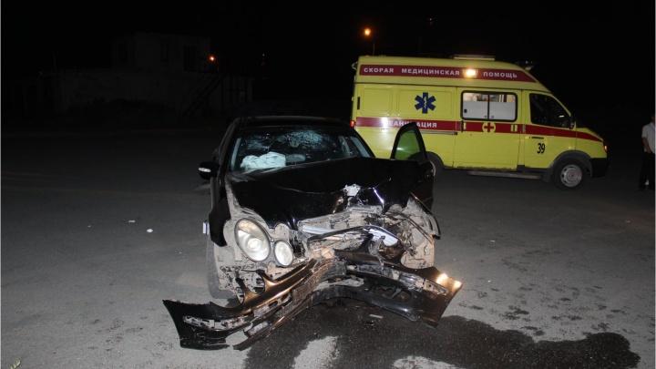 В Кургане водитель Mercedes Benz врезался в электроопору