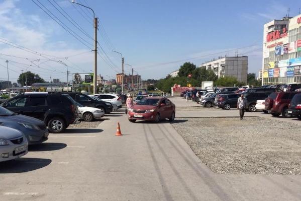 Место аварии на парковке ТЦ «Дружба»