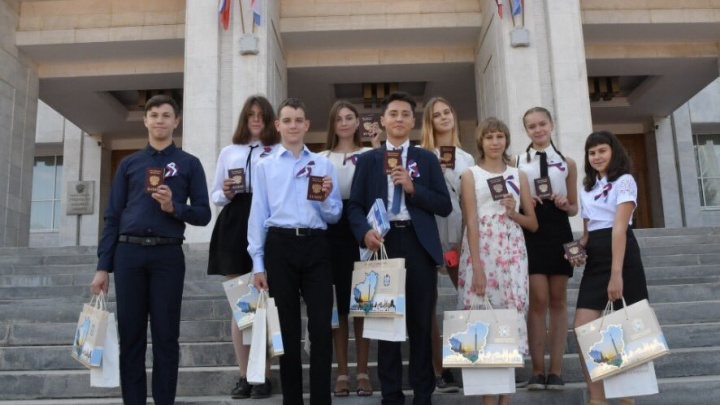 Школьникам выдали паспорта и учебники по новому предмету