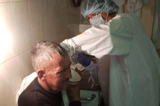 Врачи оказывают неотложную помощь пациентам в лор-травмпункте