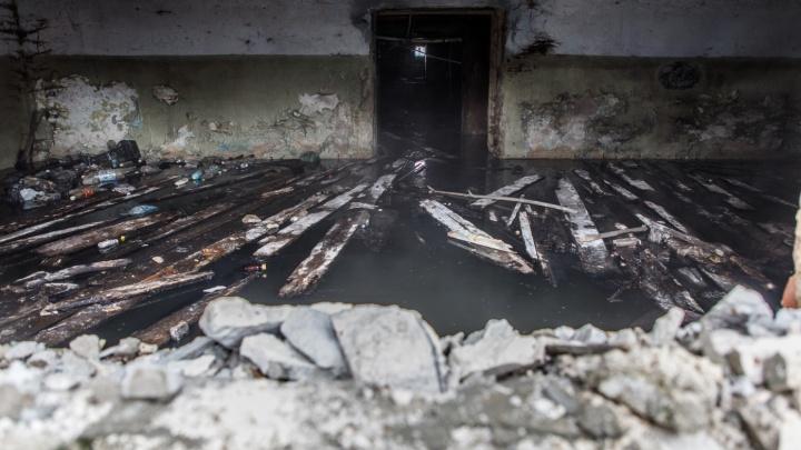В Волгограде порыв трубы размывает фундамент пятиэтажки