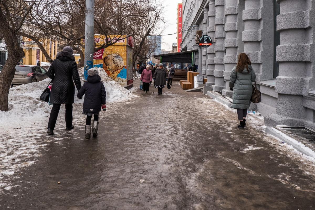 Тротуары от гололёда должны чистить с помощью техники и вручную (но чистят не всегда)