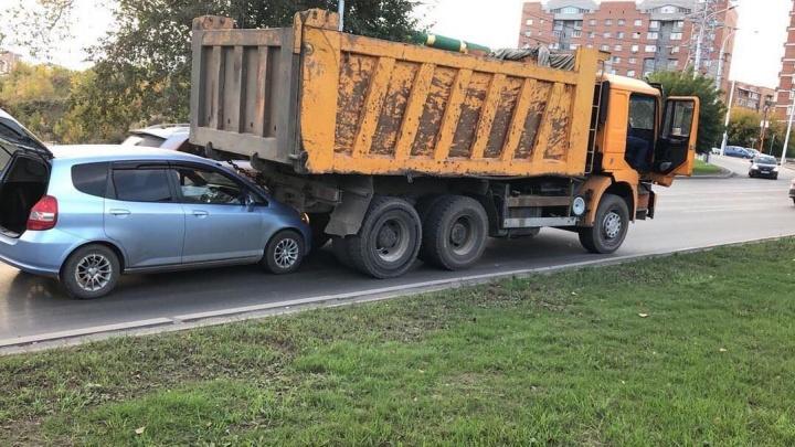 Водитель КАМАЗа решил ехать назад и уткнулся в идущую следом «Хонду»