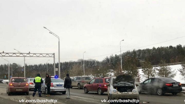 Утро не задалось: в Уфе столкнулись четыре автомобиля