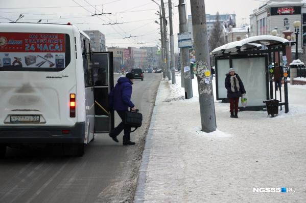 Водитель маршрутки ударил пассажира головой о металлический поручень