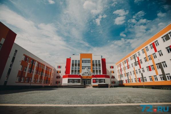 Новая школа получилось светлой и просторной: общая площадь— 20,7 тысячи квадратных метров