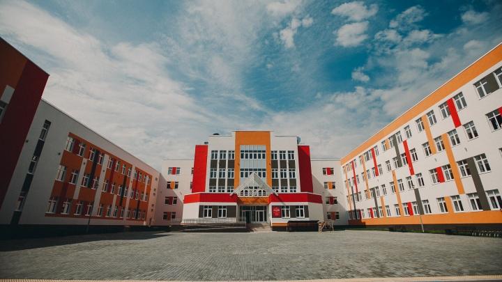 Студия дизайна, сцена-конструктор, надписи шрифтом Брайля: показываем 5 фишек новой тюменской школы