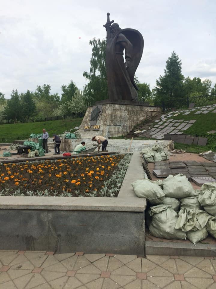 Сняли плитку рядом с «Седым Уралом»: в Екатеринбурге начали ремонтировать площадь Обороны
