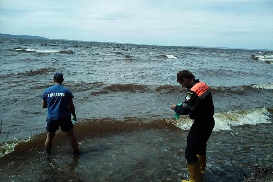 Спасатели проводят поисковую операцию по береговой линии