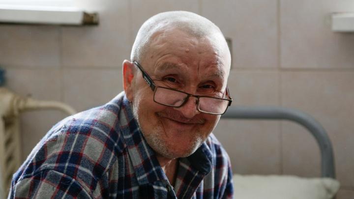 «Поставим на протезы»: пенсионера без ног, жившего под балконом в Челябинске, определят в интернат