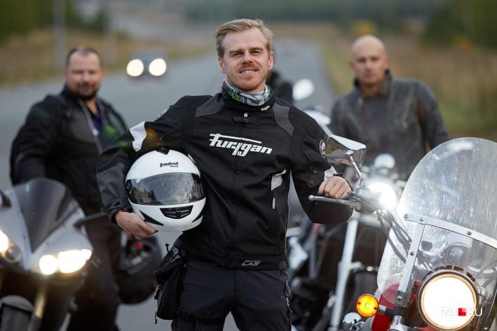 У Антона Рыжего красно-белый мотоцикл — заметный на дороге и символичный для врача