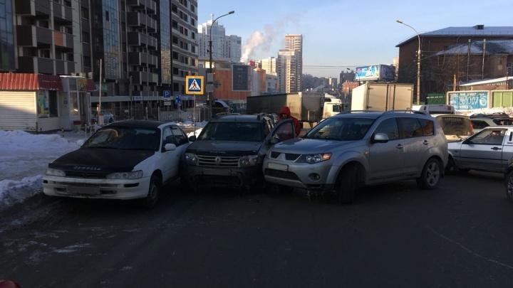 Три автомобиля притёрлись рядом с «Аурой»: на Военной собралась пробка