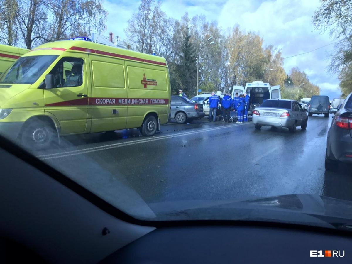 В лобовом столкновении автомобилей на Космонавтов пострадали три человека