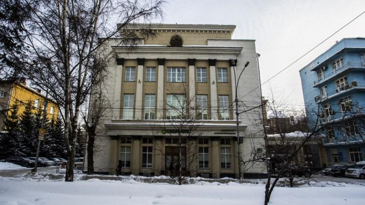 На Красном проспекте повесят герб СССР
