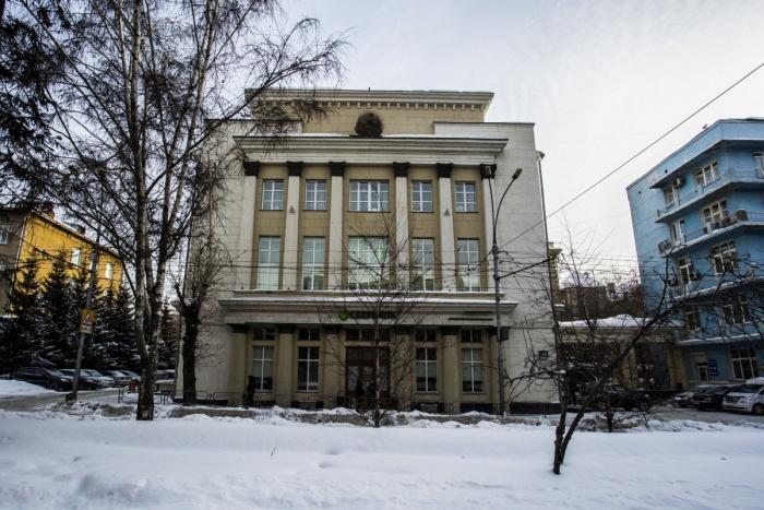 Государственный символ Советского Союза пропал с фасада здания на Красном проспекте, 46 в начале марта
