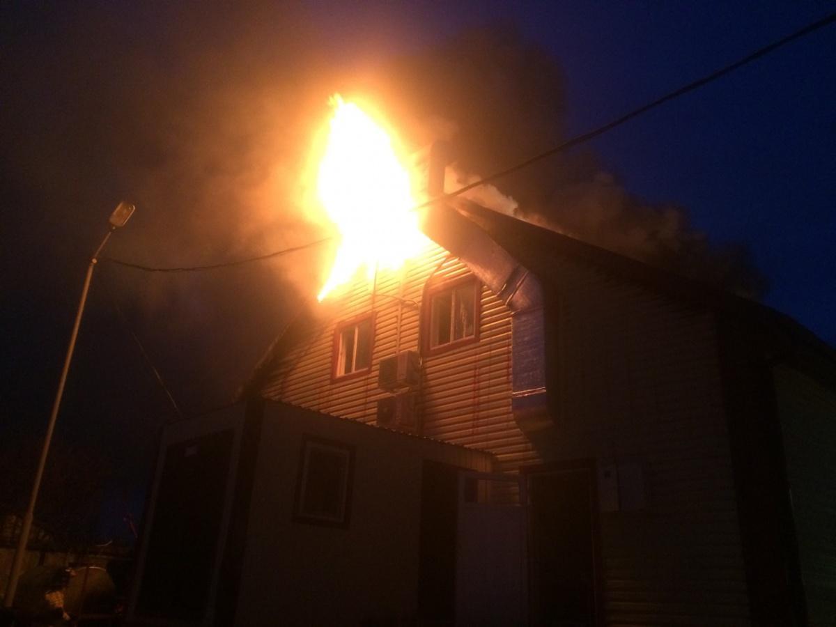 Двухэтажное здание загорелось рано утром