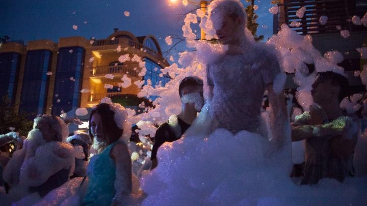Бальные платья и пенная вечеринка: самые яркие кадры общегородского выпускного в Ростове
