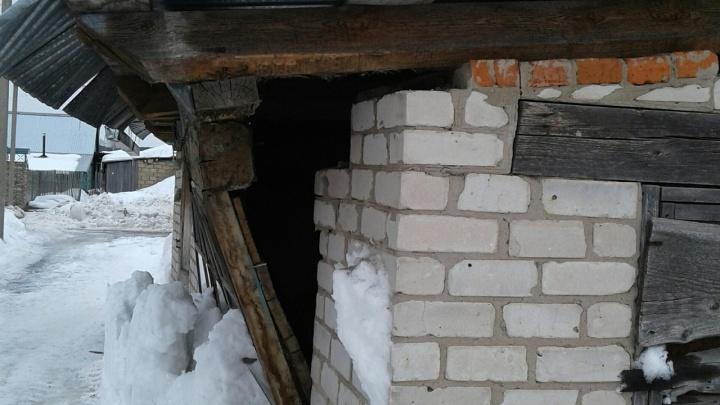 Упала балка, окна заколочены. В Прикамье рушится здание сельской больницы