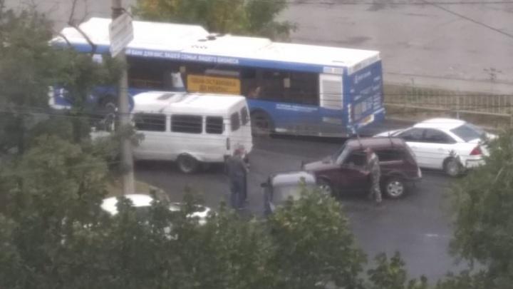 В Волгограде в час пик произошла тройная авария с маршруткой и двумя авто