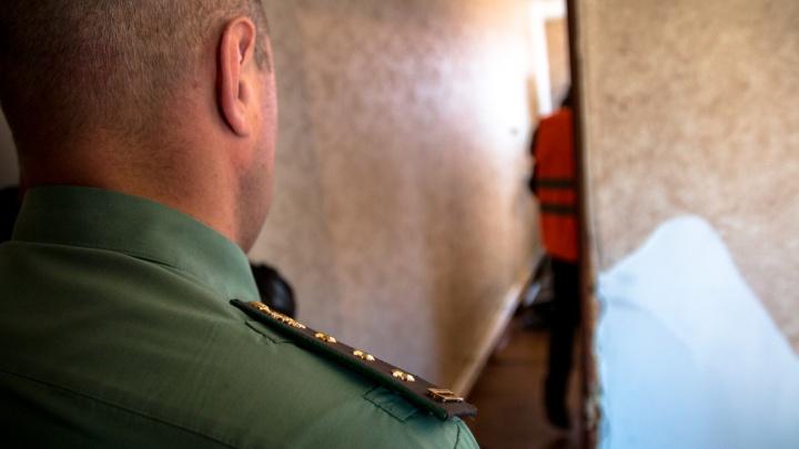 В Самарской области алиментщика арестовали за прятки от приставов в шкафу
