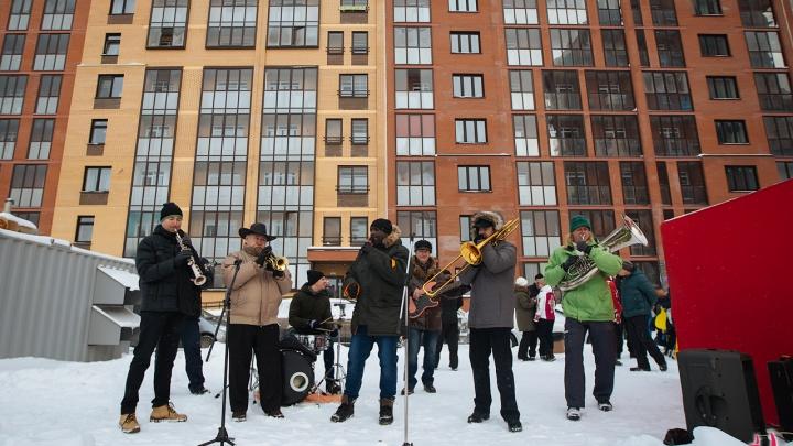Сотни новосибирцев станцевали на снегу в честь Деда Мороза