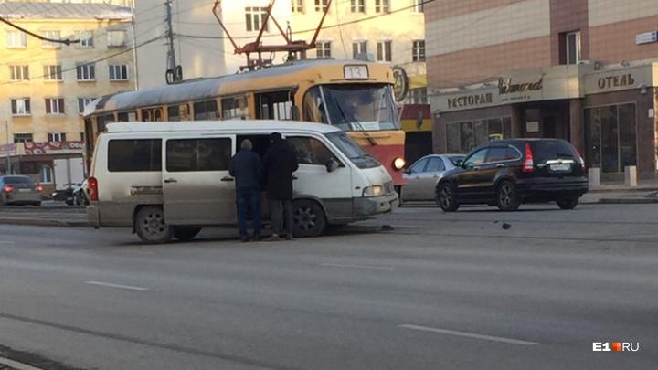 На Малышева трамвай врезался в минивэн. Из-за ДТП движение встало