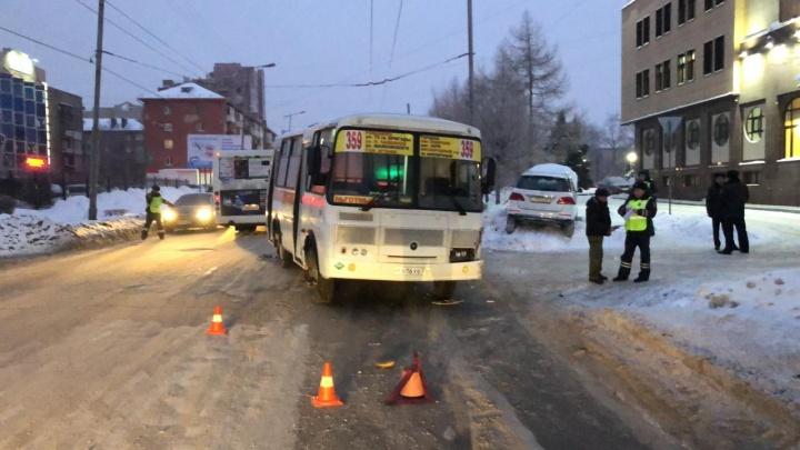 Автобус с пассажирами вылетел на встречку и врезался в «Мерседес»