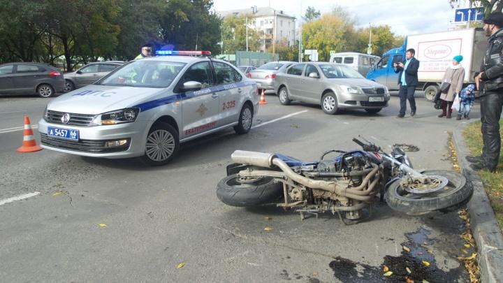 Ехавший по встречке мотоциклист протаранил Skoda на Степана Разина
